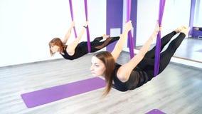 Aptitud, deportes, entrenamiento, yoga y concepto de la gente - grupo de mujeres que hacen yoga en estudio metrajes