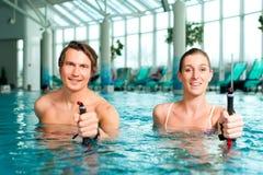 Aptitud - deportes y gimnasia bajo el agua en balneario Imágenes de archivo libres de regalías