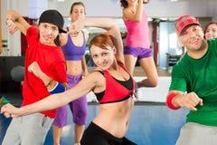 Aptitud - entrenamiento de la danza de Zumba en gimnasia imágenes de archivo libres de regalías