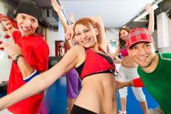 Aptitud - entrenamiento de la danza de Zumba en gimnasia Fotografía de archivo