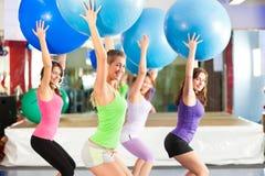 Aptitud - entrenamiento y entrenamiento en gimnasia Foto de archivo