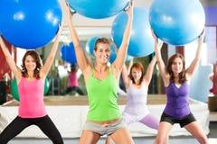 Aptitud - entrenamiento y entrenamiento en gimnasia Fotos de archivo