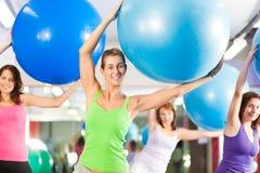 Aptitud - entrenamiento y entrenamiento en gimnasia Imagenes de archivo