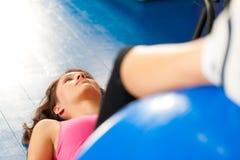 Aptitud - entrenamiento y entrenamiento en gimnasia Foto de archivo libre de regalías