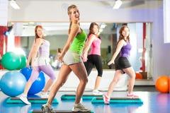 Aptitud - entrenamiento y entrenamiento en gimnasia Imágenes de archivo libres de regalías