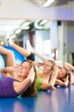 Aptitud - entrenamiento y entrenamiento en gimnasia Fotografía de archivo libre de regalías