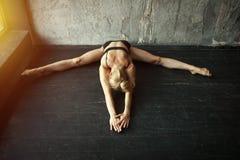 Aptitud, estirando entrenamiento, mujer rubia atractiva que se resuelve en club de deportes, guardando el ajuste, haciendo la cur imagenes de archivo