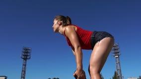 Aptitud Glutes de entrenamiento femenino con el peso pesado almacen de video