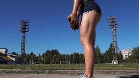 Aptitud Glutes de entrenamiento femenino con el peso pesado almacen de metraje de vídeo