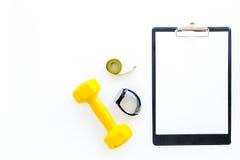 Aptitud para el peso perdidoso Pesas de gimnasia, pulsera de la aptitud, cinta de la medida en la maqueta blanca del copyspace de Fotografía de archivo