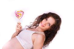 Aptitud para una muchacha embarazada con el caramelo fotografía de archivo libre de regalías