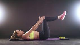 Aptitud practicante Mujer hermosa en levantamiento de pesas del entrenamiento de la ropa de los deportes en estudio almacen de video