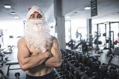 Aptitud Santa Claus que presenta con los brazos cruzados Imagen de archivo