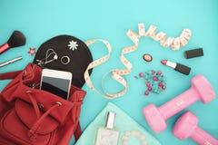 Aptitud y concepto de las formas de vida, pesa de gimnasia y cosmético y accessorie activos de la mujer Fotografía de archivo libre de regalías