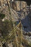 Apuan Alps, Kararyjscy, Tuscany, W?ochy Marzec 28, 2019 Zasi?rzutny ?uraw w bia?ym marmurowym ?upie obrazy stock