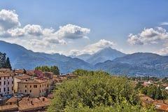 Apuan fjällängar bak staden Barga, Tuscany, Italien Royaltyfri Fotografi