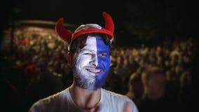 Apuesta del deporte de la fan del francés del primer que gana Fondo 4k del equipo del juego del juego de la persona almacen de metraje de vídeo