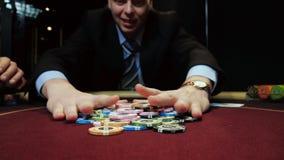 Apuestas del jugador de póker todos los microprocesadores que él tiene Juego del casino almacen de metraje de vídeo
