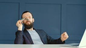 Apuestas en línea que juegan el dinero feliz de la aspiración del olor del hombre metrajes
