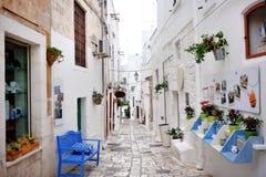Apulia, Ιταλία - αλέα της λευκιάς πόλης Ostuni Στοκ Εικόνες