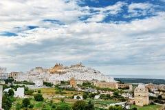 Apulia, Ιταλία - πανοραμική άποψη της λευκιάς πόλης Ostuni Στοκ Εικόνες