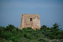 Apulia blu della costa dell'Italia del mare adriatico della torre della Castle Rock immagine stock