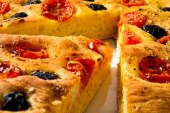 Apulian Focaccia με τις ντομάτες και τις ελιές Στοκ Εικόνες