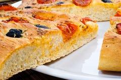 Apulian Focaccia με τις ντομάτες και τις ελιές Στοκ φωτογραφίες με δικαίωμα ελεύθερης χρήσης