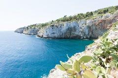 Apulien, Grotta Zinzulusa - an der Küstenlinie der berühmten Grotte lizenzfreies stockbild