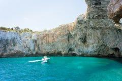Apulien, Grotta Zinzulusa - ein Motorboot an der berühmten Grotte von Z lizenzfreie stockfotografie
