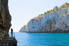 Apulien, Grotta Zinzulusa - eine junge Frau an der berühmten Grotte von lizenzfreies stockbild