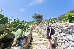 Apulien, Grotta Zinzulusa - eine junge Frau, die herauf das Treppenhaus geht stockbild