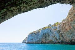 Apulien, Grotta Zinzulusa - Fliegenvögel an der gigantischen Höhle bilden einen Bogen lizenzfreie stockbilder