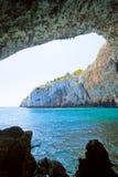 Apulien, Grotta Zinzulusa - wandernd unter dem enormen Höhlenbogen von GR stockbild