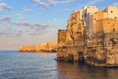 Apulien-Küste Polignano ein Sommerabend: ein panoramisches AnsichtITALIEN (Bari) - Stockbilder
