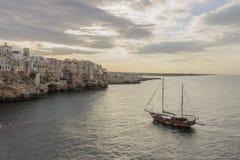 Apulien-Küste Polignano ein Sommerabend: ein panoramisches AnsichtITALIEN (Bari) - Stockfotos