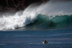 Apuntalar-rompa practicar surf fotografía de archivo