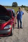 Apuro mayor maduro del coche de la mujer, avería del camino Imágenes de archivo libres de regalías