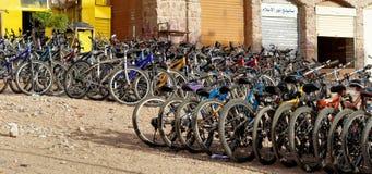 Aqaba, Jordanië, 7 Maart, 2018: Fietshuur op het strand van Aqaba met vele fietsen voor toeristen en plaatselijke bewoners royalty-vrije stock foto