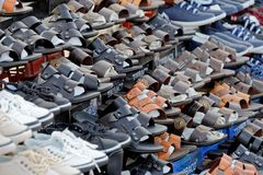 Aqaba, Jordanië, 8,2018 Maart: Marktkraam in het stadscentrum met vele schoenen en sandals voor verkoop aan plaatselijke bewoners Stock Afbeeldingen