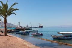 AQABA, JORDANIË - MAART 19, 2018: Toeristische schepen op het strand van Stock Afbeeldingen