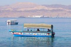AQABA, JORDANIË - MAART 19, 2018: Toeristische schepen op het strand van Stock Foto's