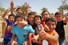 AQABA, JORDANIA, EL 15 DE MARZO DE 2016: El dar la bienvenida y niños animados en una playa Foto de archivo libre de regalías
