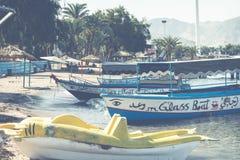 AQABA, JORDANIEN - 19. MÄRZ 2018: Touristische Schiffe auf dem Strand von Lizenzfreie Stockbilder