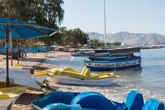 AQABA, JORDANIEN - 19. MÄRZ 2018: Touristische Schiffe auf dem Strand von Lizenzfreie Stockfotografie