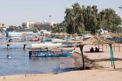 AQABA, JORDANIEN - 19. MÄRZ 2018: Touristische Schiffe auf dem Strand von Stockbilder