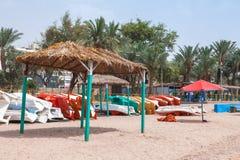 Aqaba strandsikt med gazeboen Arkivfoton