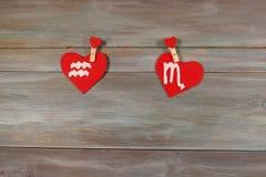 Aquário e escorpião sinais do zodíaco e do coração CCB de madeira foto de stock