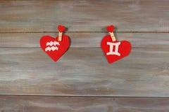 Aquário e gêmeos sinais do zodíaco e do coração Backgr de madeira foto de stock royalty free
