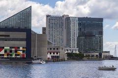 Aquário e prédios de escritórios nacionais no porto interno de Baltimore, EUA fotografia de stock royalty free